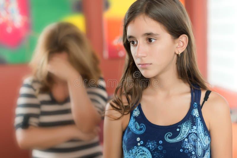 Ledsen tonårs- flicka med hennes modergråt royaltyfria foton