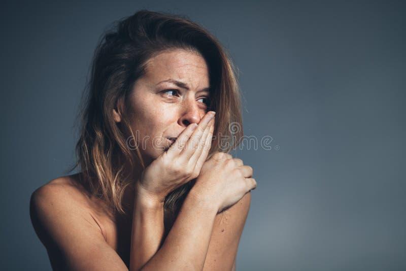 Ledsen ung kvinna och gråt arkivbild