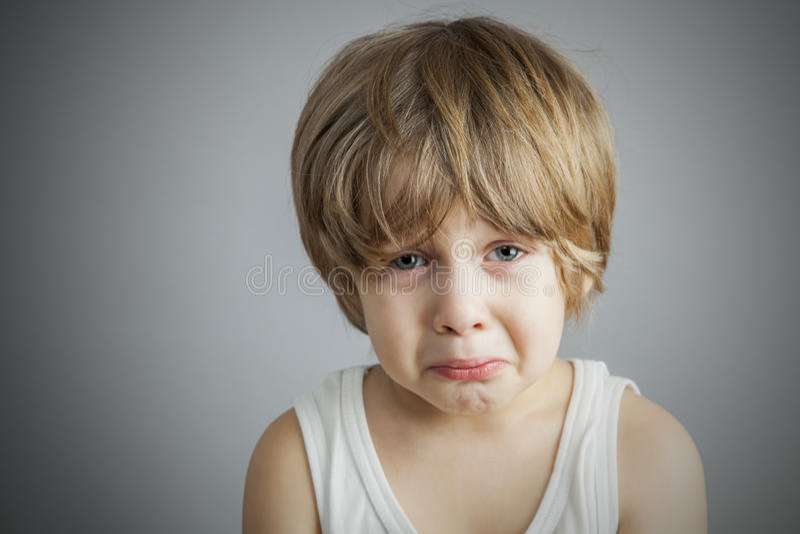 Ledsen ung pojke royaltyfri fotografi