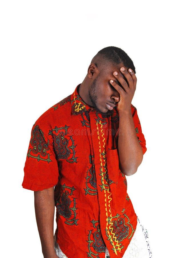 Ledsen ung svart man. royaltyfri bild