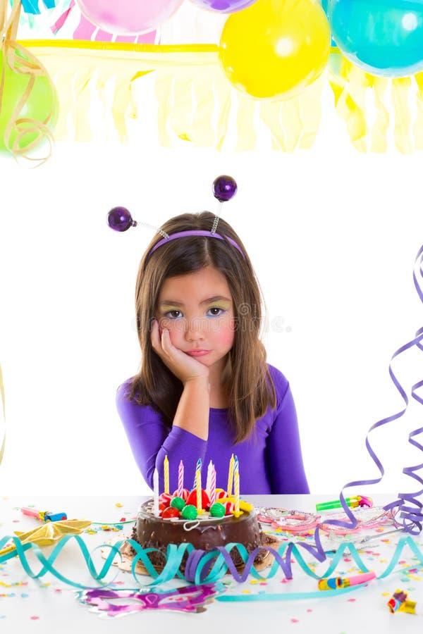 Ledsen uttråkad ungeflicka för asiatiskt barn i födelsedagparti royaltyfri fotografi