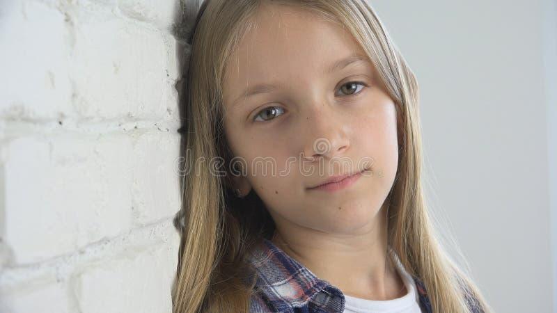 Ledset barn, olycklig unge, sjuk dåligt flicka i fördjupning, stressad fundersam person arkivfoton