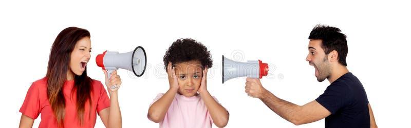 Ledset barn som lyssnar henne föräldrar som ropar sig arkivbild
