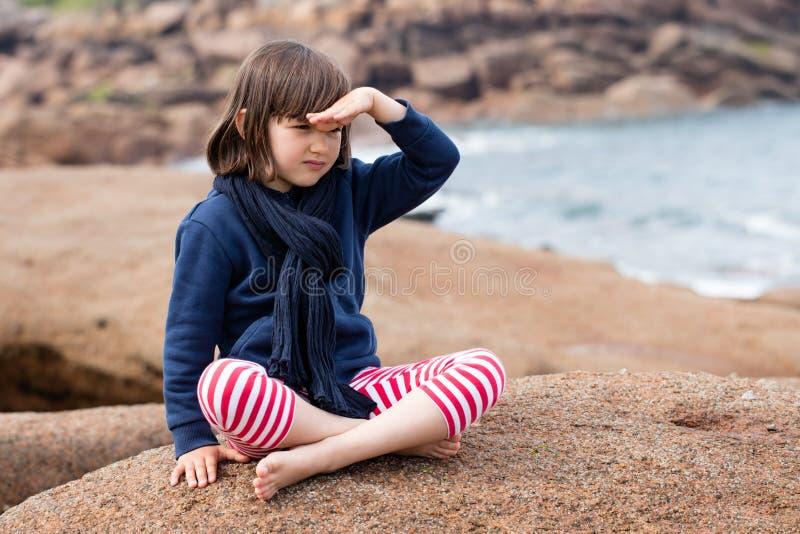 Ledset härligt ungt barn som ser dagdrömma bort för fantasi royaltyfria bilder