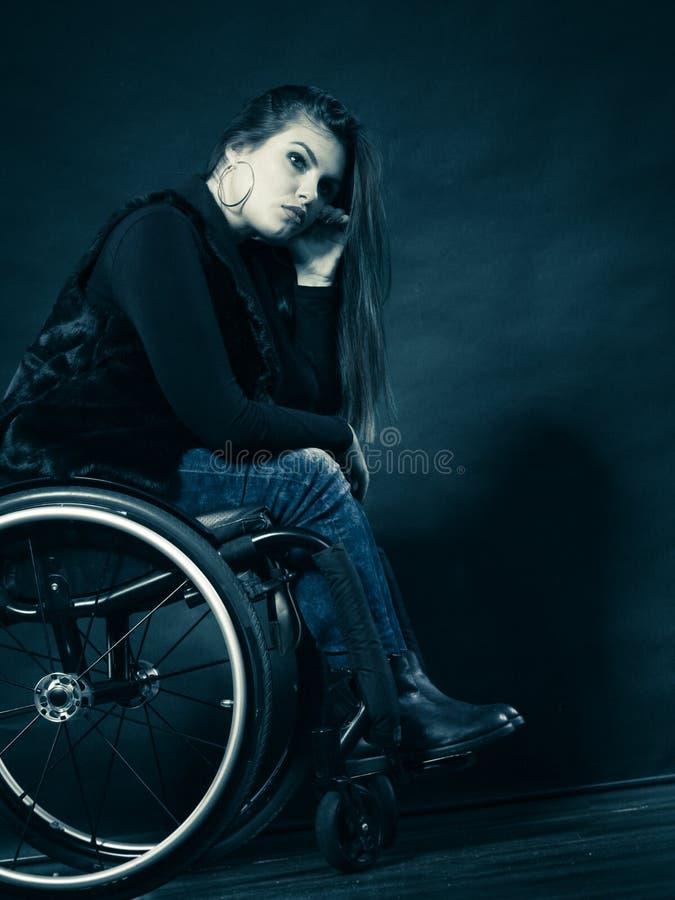Ledset kvinnasammanträde på rullstolen royaltyfria foton