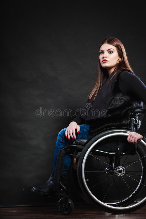 Ledset kvinnasammanträde på rullstolen royaltyfria bilder