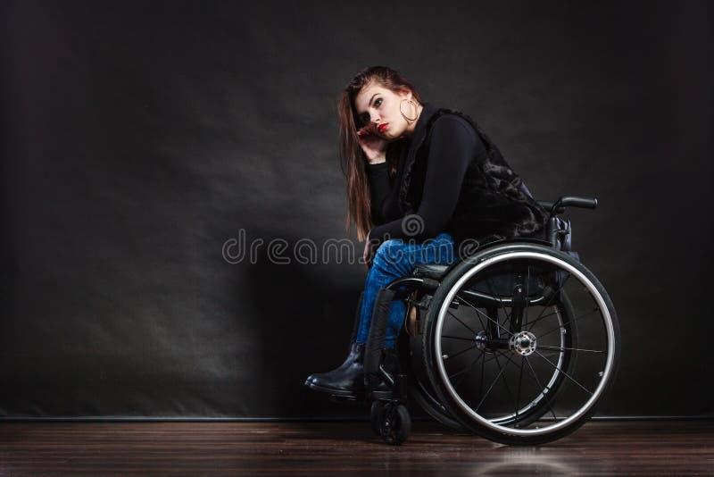 Ledset kvinnasammanträde på rullstolen fotografering för bildbyråer
