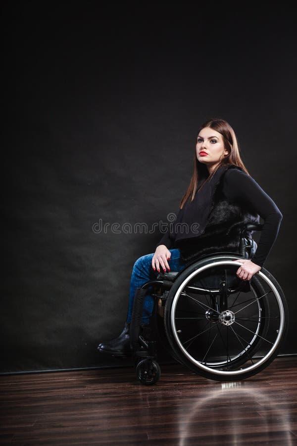 Ledset kvinnasammanträde på rullstolen royaltyfri foto