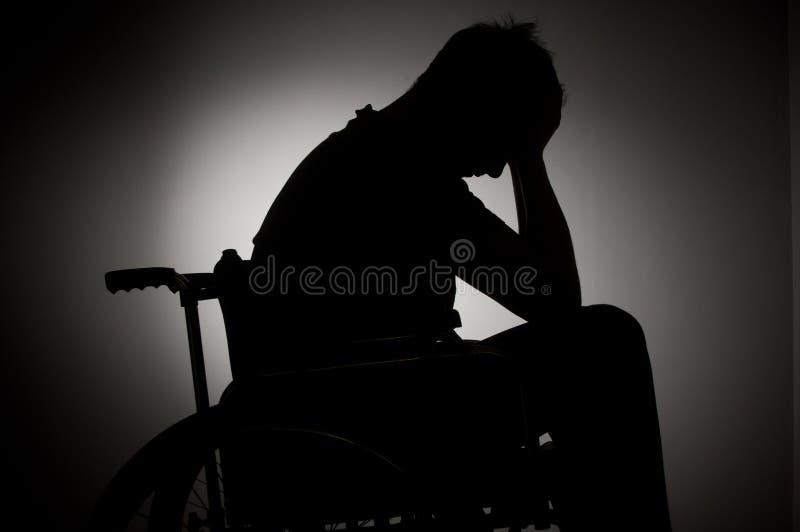 Ledset mansammanträde på rullstolen arkivbilder