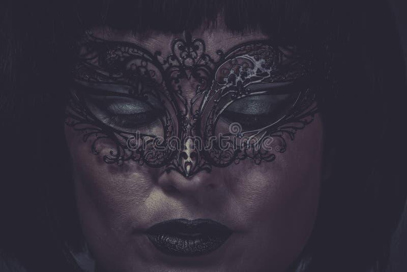Ledset stående av kvinnan med svarta den Venetian maskeringstråden fotografering för bildbyråer