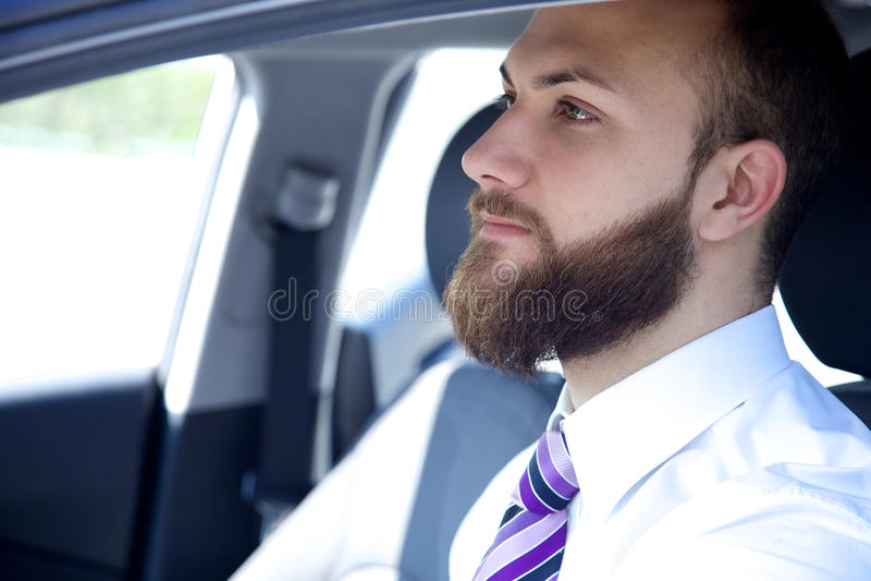 Ledset tänkande sammanträde för affärsman i bil royaltyfria foton