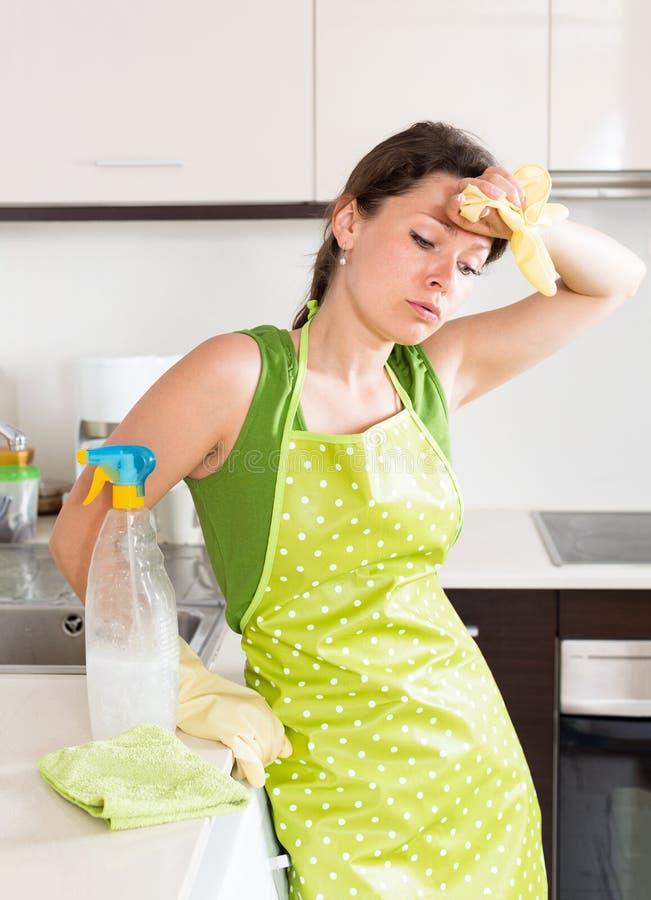 Ledset trött hemmafrulokalvårdmöblemang arkivfoton