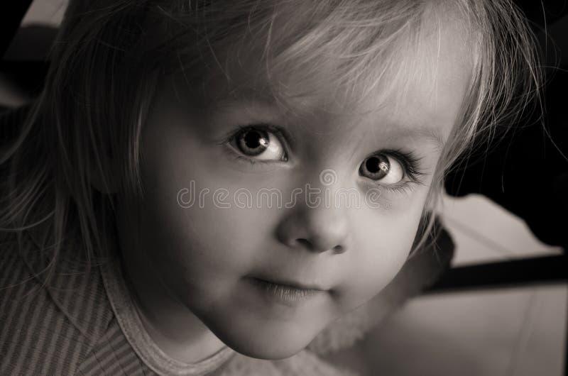 Ledsna allvarliga ögon för liten flicka. Closeup. arkivfoton