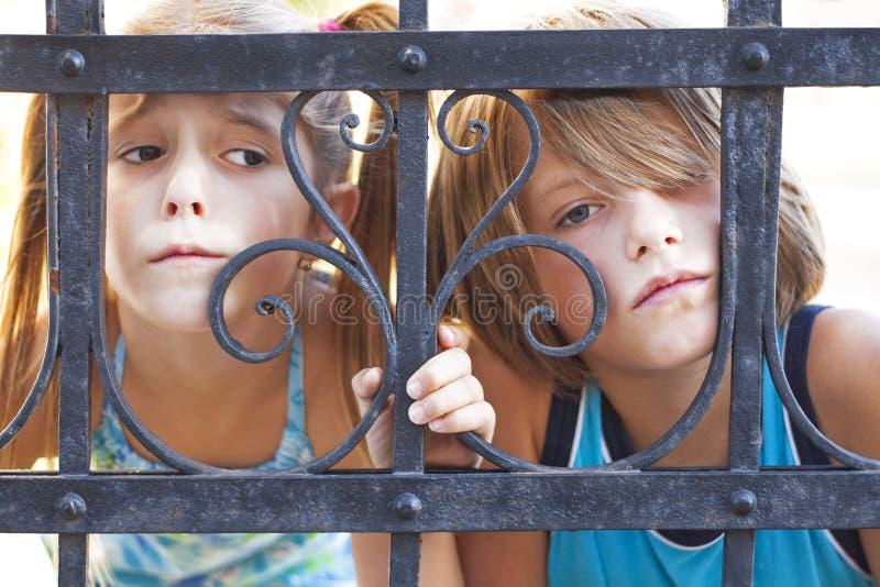 Ledsna barn royaltyfria bilder