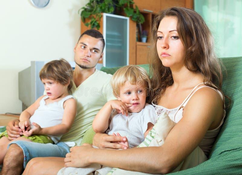 Ledsna föräldrar efter grälar royaltyfria foton