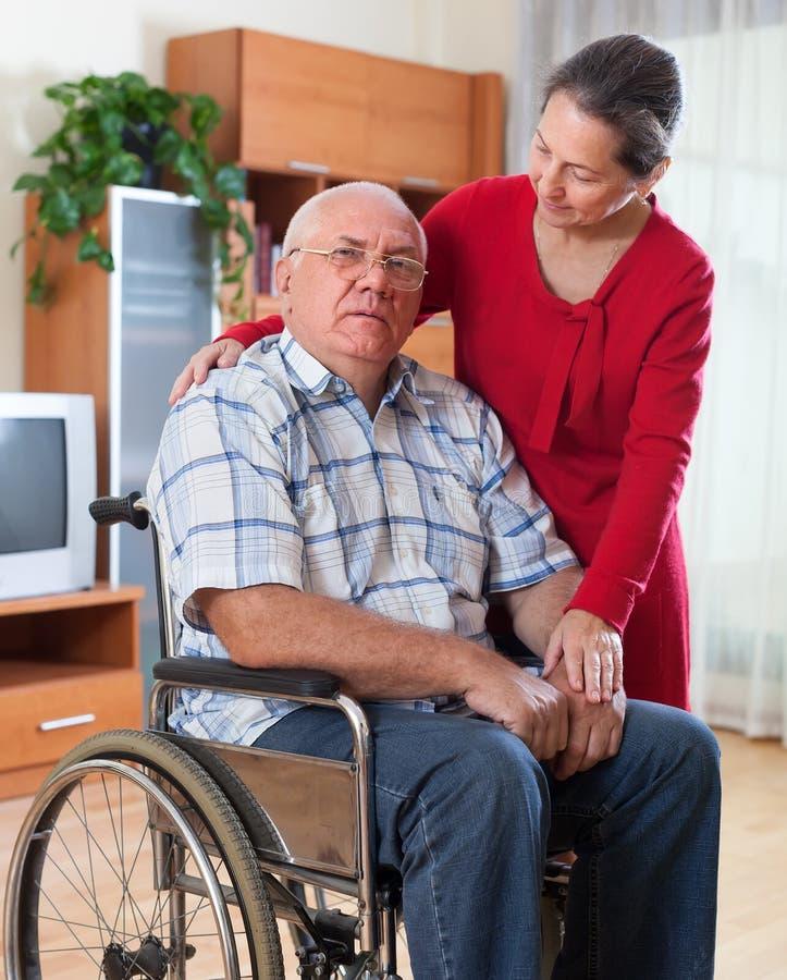 Ledsna par av kvinnan och mannen med handikapp arkivbilder