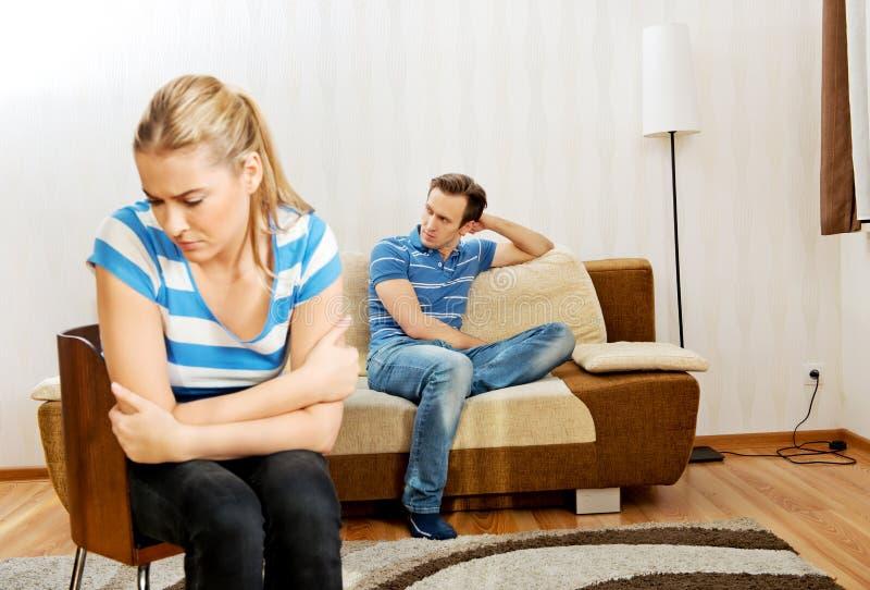 Ledsna par som inte talar efter kamp royaltyfria foton