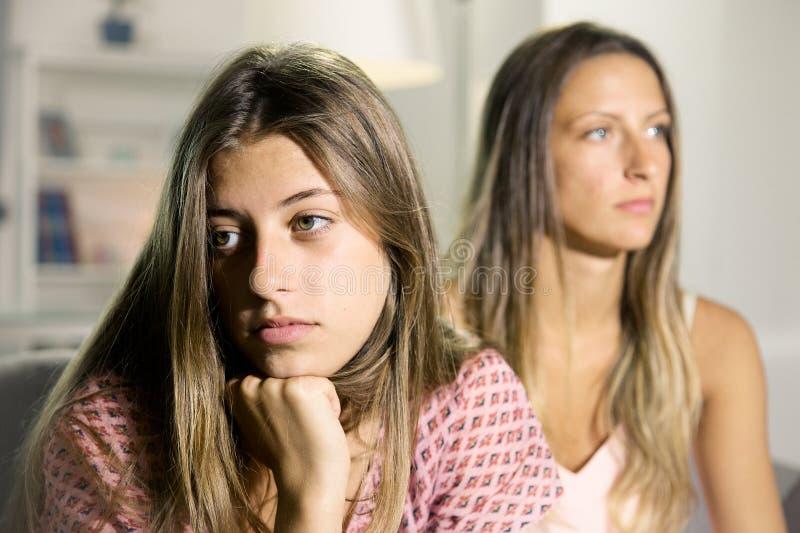 Ledsna tonåringar i tystnad hemma efter kamp arkivbilder