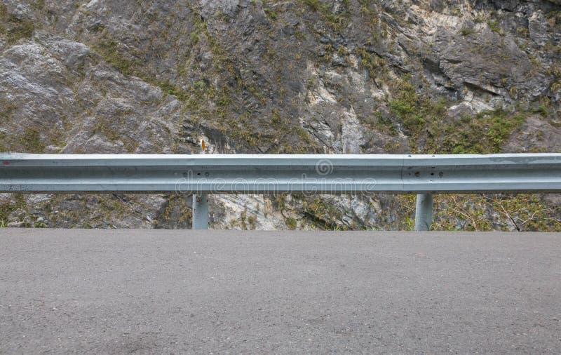Ledstång på bergvägen royaltyfri foto