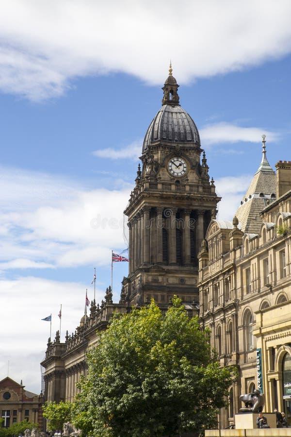 LEEDS, HET UK - 6 AUGUSTUS 2015 Beeld van het Stadhuis van Leeds en Leeds stock afbeelding