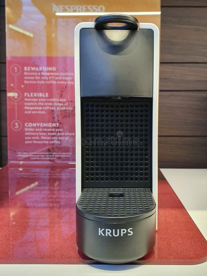 LEEDS, REGNO UNITO - 1? GIUGNO 2019: Nespresso da Krups Essenza su esposizione dentro un deposito a Leeds fotografie stock libere da diritti