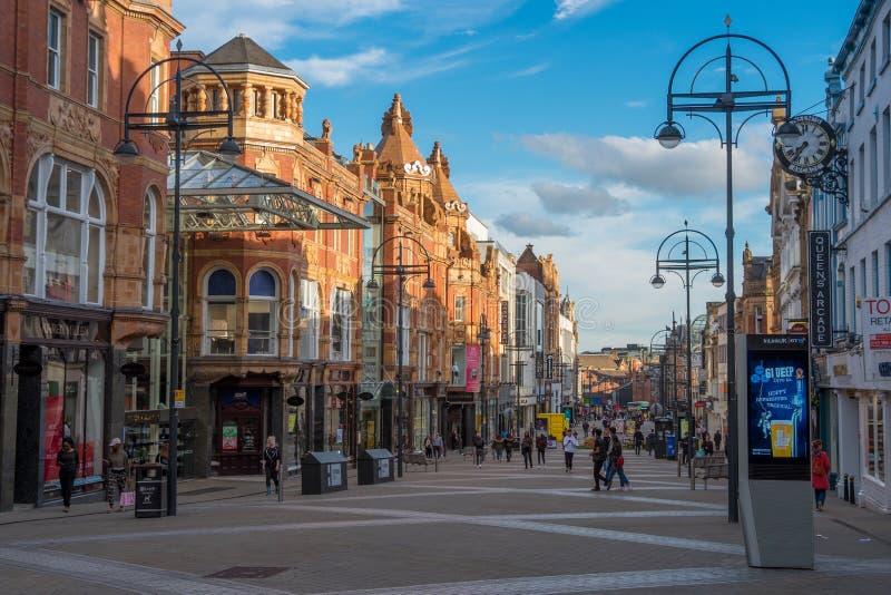 LEEDS, REINO UNIDO - 2 DE JUNHO DE 2019: O centro da cidade de Leeds, Reino Unido fotos de stock royalty free