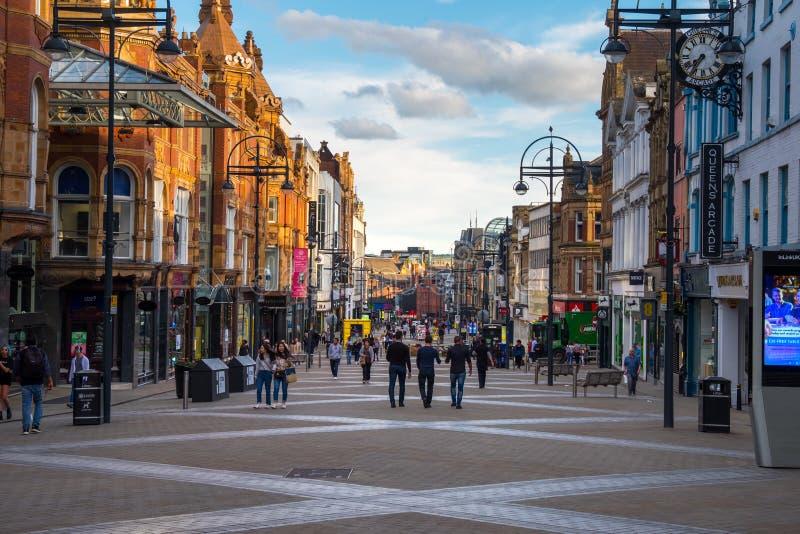 LEEDS, REINO UNIDO - 2 DE JUNIO DE 2019: Centro de la ciudad de Leeds, Reino Unido imagenes de archivo