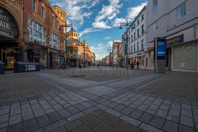 LEEDS, REINO UNIDO - 2 DE JUNIO DE 2019: Centro de la ciudad de Leeds, Reino Unido imagen de archivo