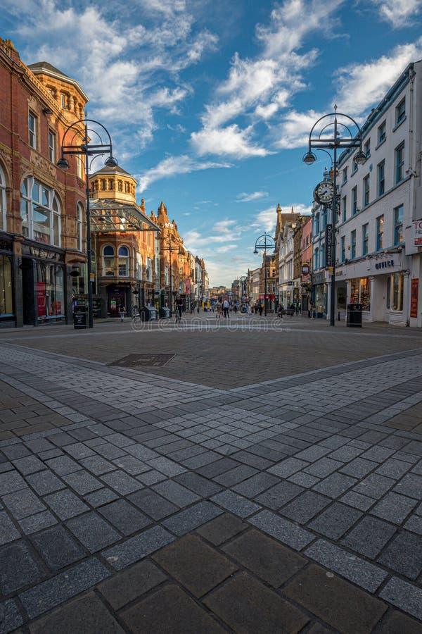 LEEDS, REINO UNIDO - 2 DE JUNIO DE 2019: Centro de la ciudad de Leeds, Reino Unido imágenes de archivo libres de regalías