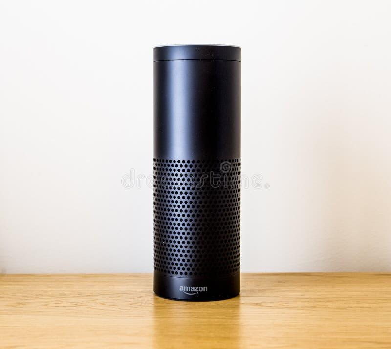 LEEDS, REINO UNIDO - 18 DE MARÇO DE 2017 Amazonas Echo Speaker com Alexa Assistant imagem de stock royalty free