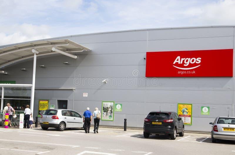LEEDS UK - 20 AUGUSTI 2015 Det Argos tecknet utanför Argos shoppar i inget royaltyfria foton