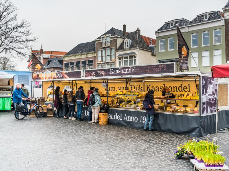 Leeeuwarden, οι Κάτω Χώρες, στις 14 Απριλίου 2018, άνθρωποι που αγοράζουν το τυρί στοκ εικόνες