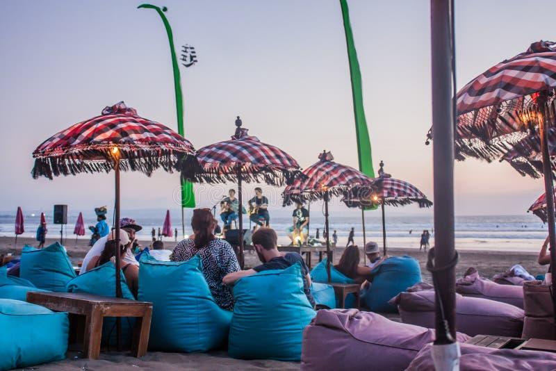 Leef muziek bij Legian-strandbar stock afbeelding