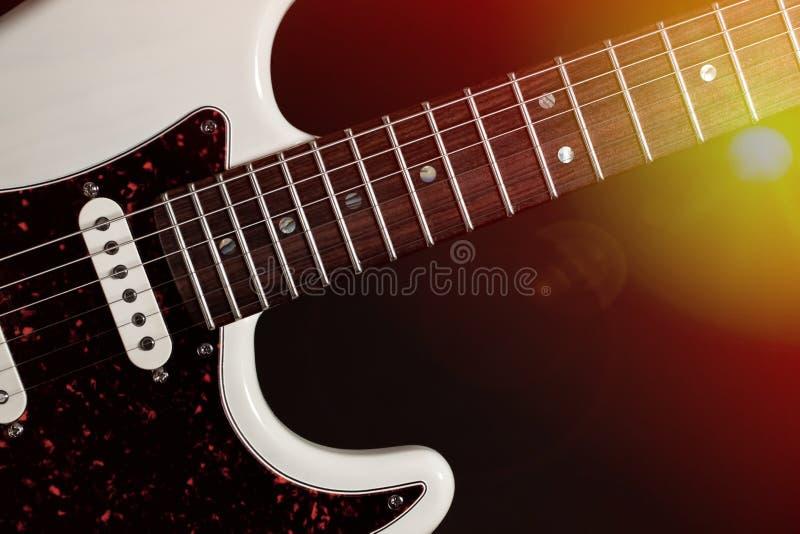 Leef muziek Modern elektrisch gitaarclose-up met stadiumlichten stock afbeelding