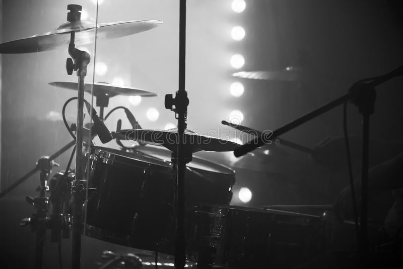 Leef muziekfoto, drumstel met klankbekkens stock foto's