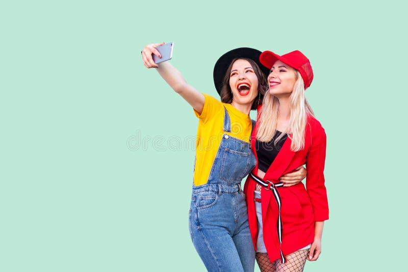 Leef of Selfie-tijd! Portret die van mooie stilysh hipster het best vrienden die in modieuze kleren met liefde koesteren, lachen  stock afbeeldingen