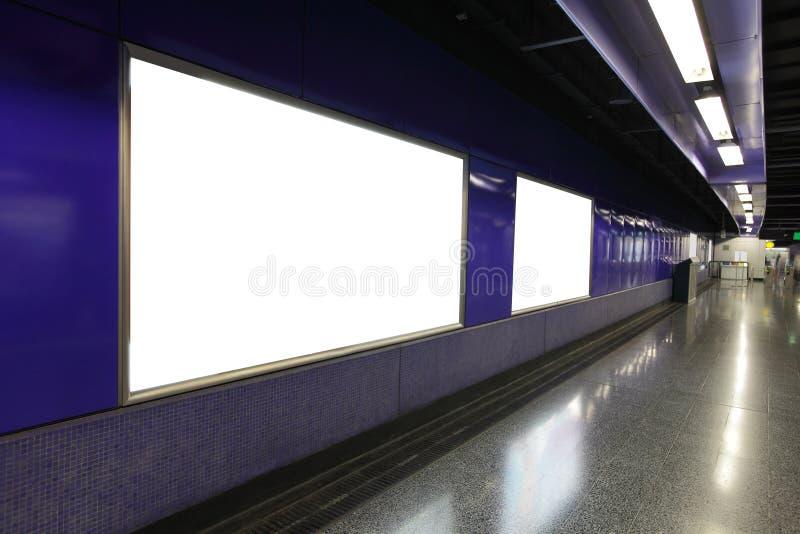 Leeg Aanplakbord in metro metropost stock afbeeldingen