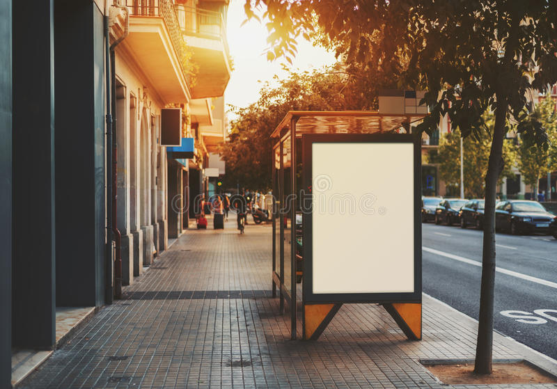 Leeg aanplakbord op stadsbushalte royalty-vrije stock fotografie