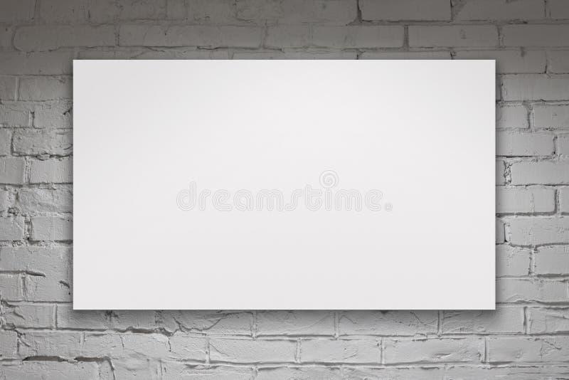 Leeg aanplakbord over witte bakstenen muur stock afbeelding