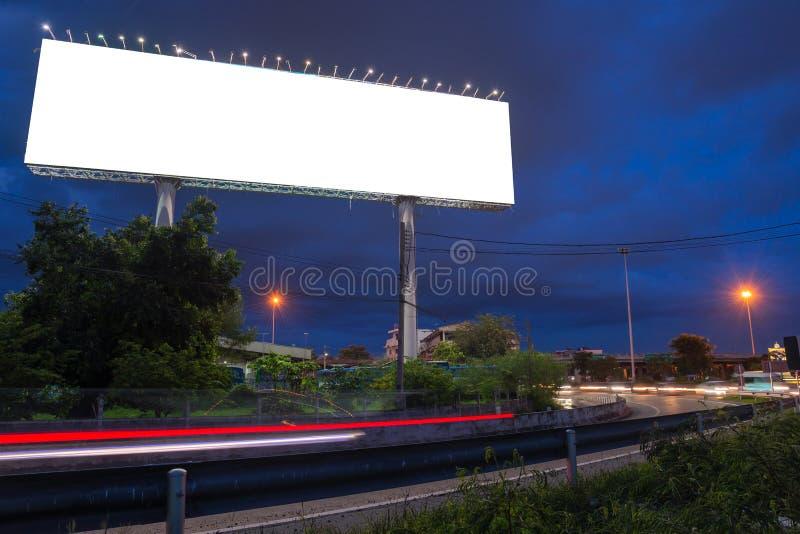 Leeg aanplakbord in schemeringtijd klaar voor nieuwe reclame stock foto's
