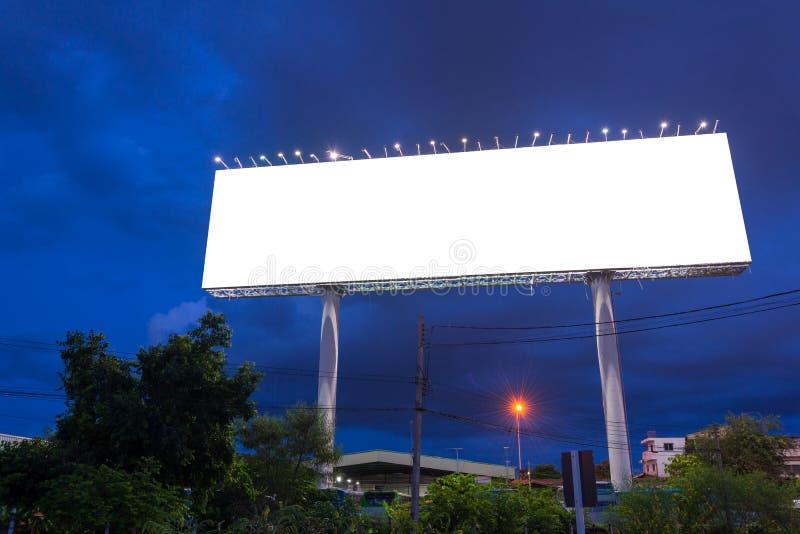 Leeg aanplakbord in schemeringtijd klaar voor nieuwe reclame stock afbeeldingen