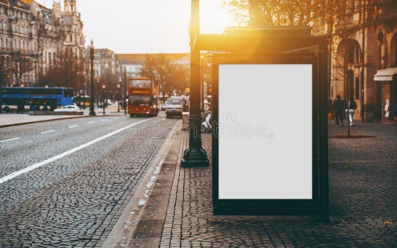 Leeg aanplakbordmodel op busstation stock foto