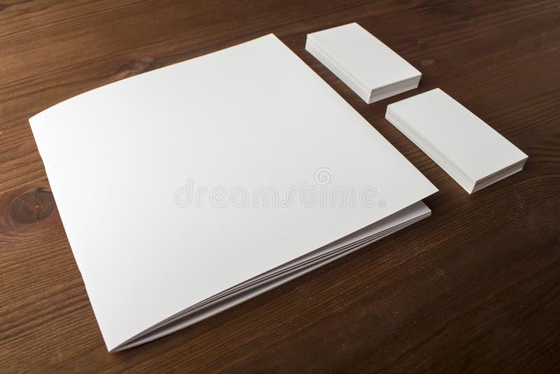 Leeg adreskaartjes en boekje, brochure op een houten achtergrond Voor uw ontwerp royalty-vrije stock afbeeldingen