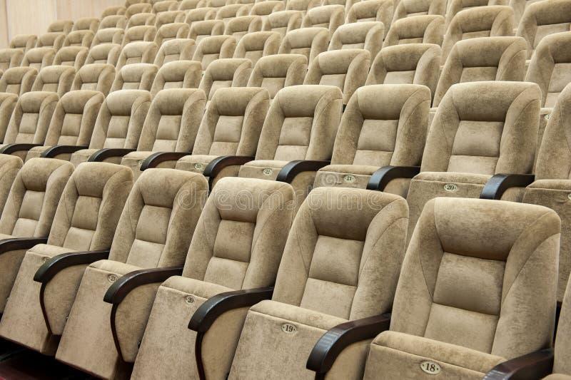 Leeg auditorium met beige stoelen, theater of conferentiezaal stock afbeeldingen
