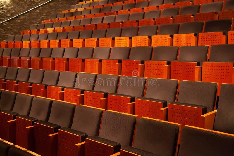 Leeg auditorium van theater, bioskoop, conferentie of concertzaal, rijen van stoelen stock foto
