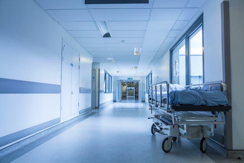 Leeg Bed Gurney in het Ziekenhuisgang royalty-vrije stock foto