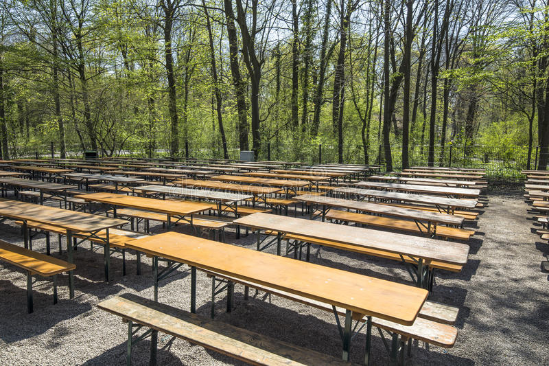 Leeg beergarden lijsten in de Engelse Tuin in München royalty-vrije stock foto