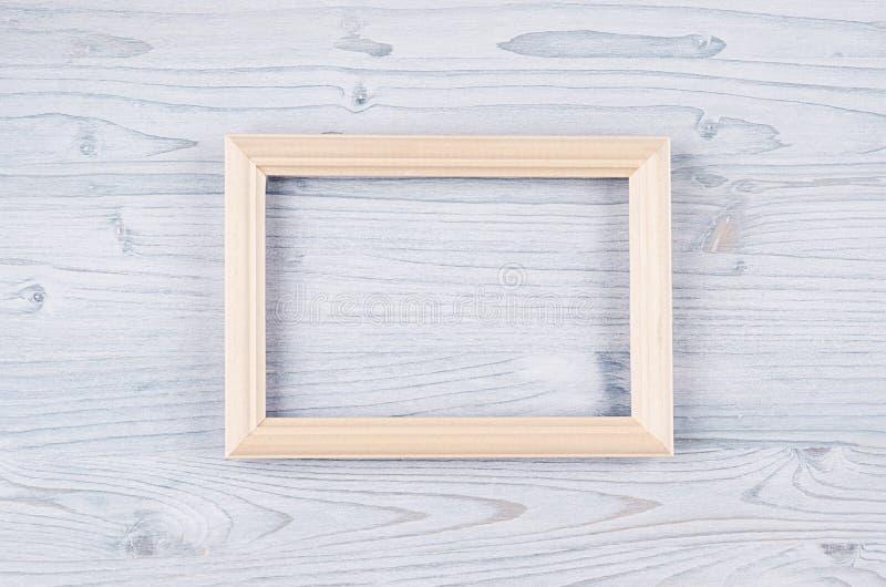 Leeg beige houten kader op lichtblauwe houten raad Exemplaar ruimte, hoogste mening stock afbeelding
