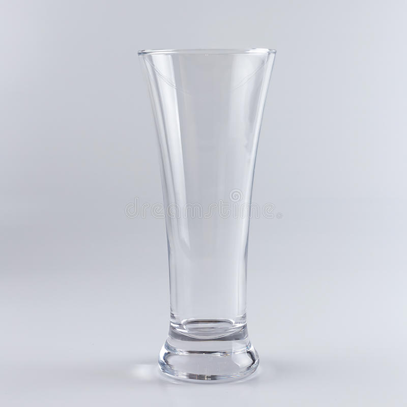Leeg bierglas tegen witte achtergrond stock fotografie