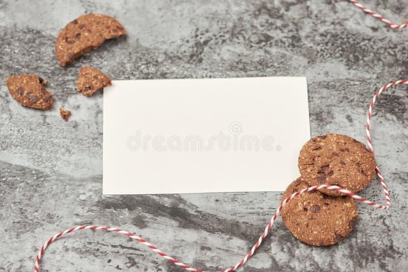 Leeg blad van document met chocoladekoekjes op steenlijst royalty-vrije stock foto's